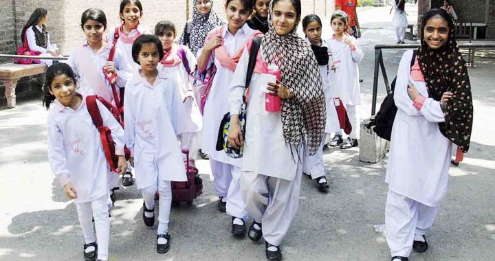 Px23-001 LAHORE: Aug23 – Students returning home from school as classes has started in schools after the holidays of summer and eid. ONLINE PHOTO by Malik Sajjad